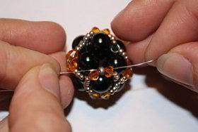 Verzierung auf Perlenkugel.