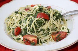 Spaghetti mit Spinat, Tomaten und Mozzarella
