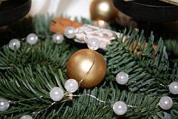 Adventskranz-Deko mit Christbaumkugeln