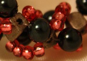 perlenarmband-rot-schwarz