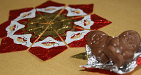 Stern aus Bonbon-Papier basteln