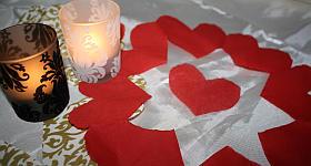 Herzige Tischdeko: Serviettenkranz mit Herzchen
