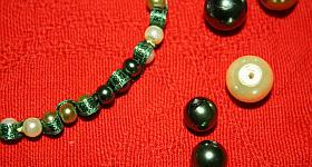 Armband mit Perlen und Stoffband basteln