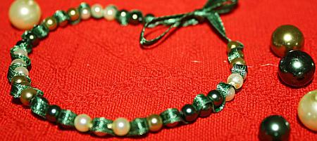 Perlen-Stoff-Armband fädeln