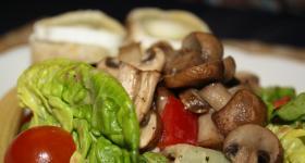 Salat mit Pilzen und Ziegenkäse