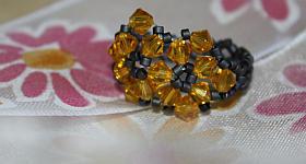 Blüten-Fingerring aus Perlen basteln