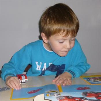 kind-beim-legospiel
